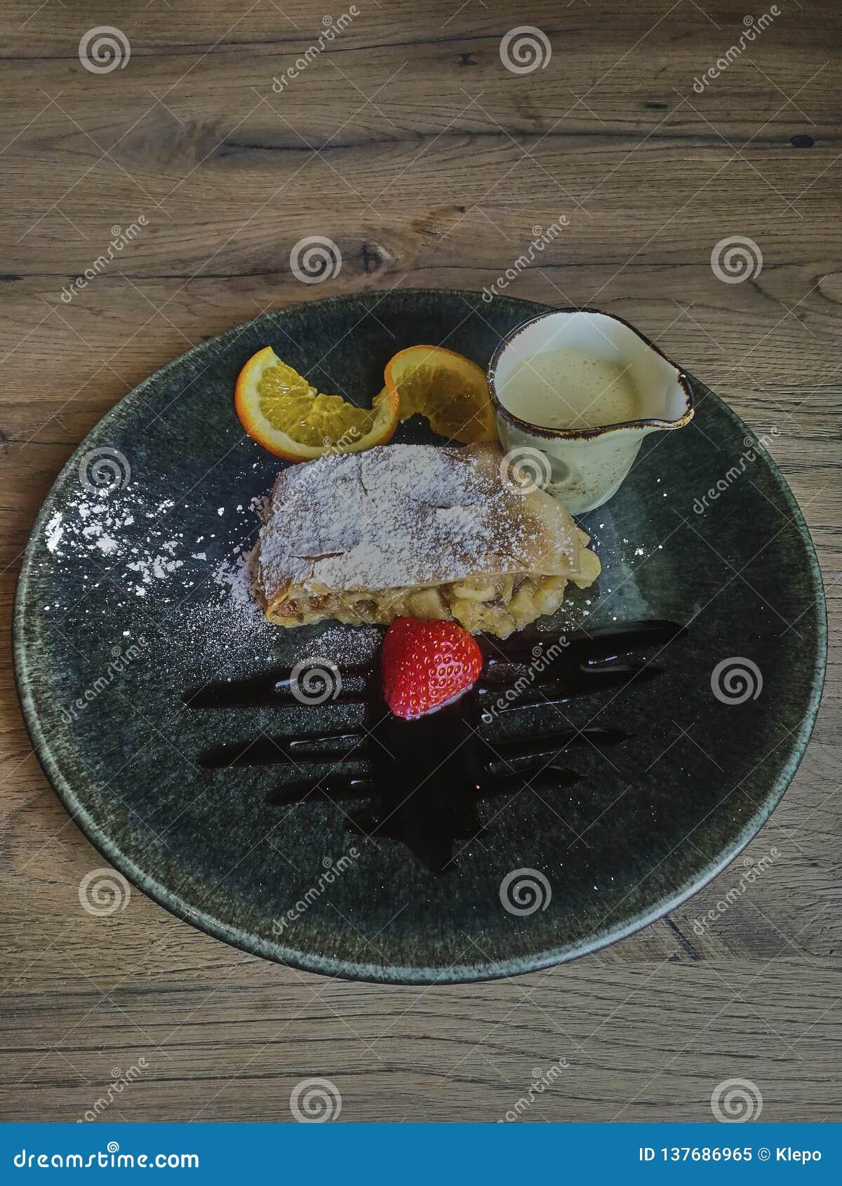 Strudl Яблока с ванильным источником и клубникой