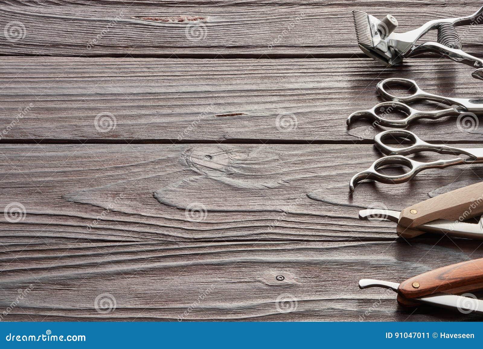Strumenti d annata del negozio di barbiere su fondo di legno
