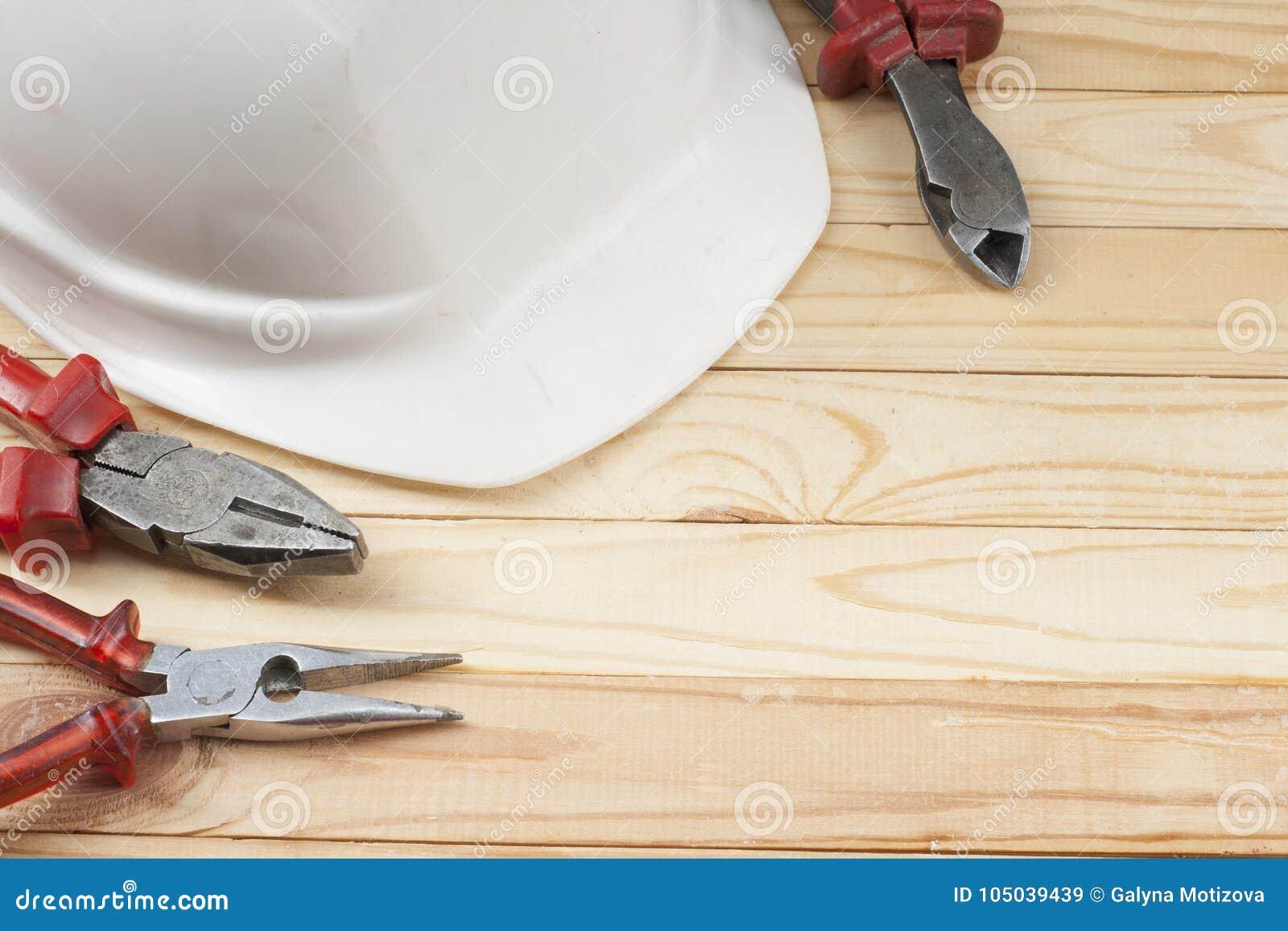 Strumenti della costruzione e casco bianco su fondo di - Lo specchio ti riflette testo ...