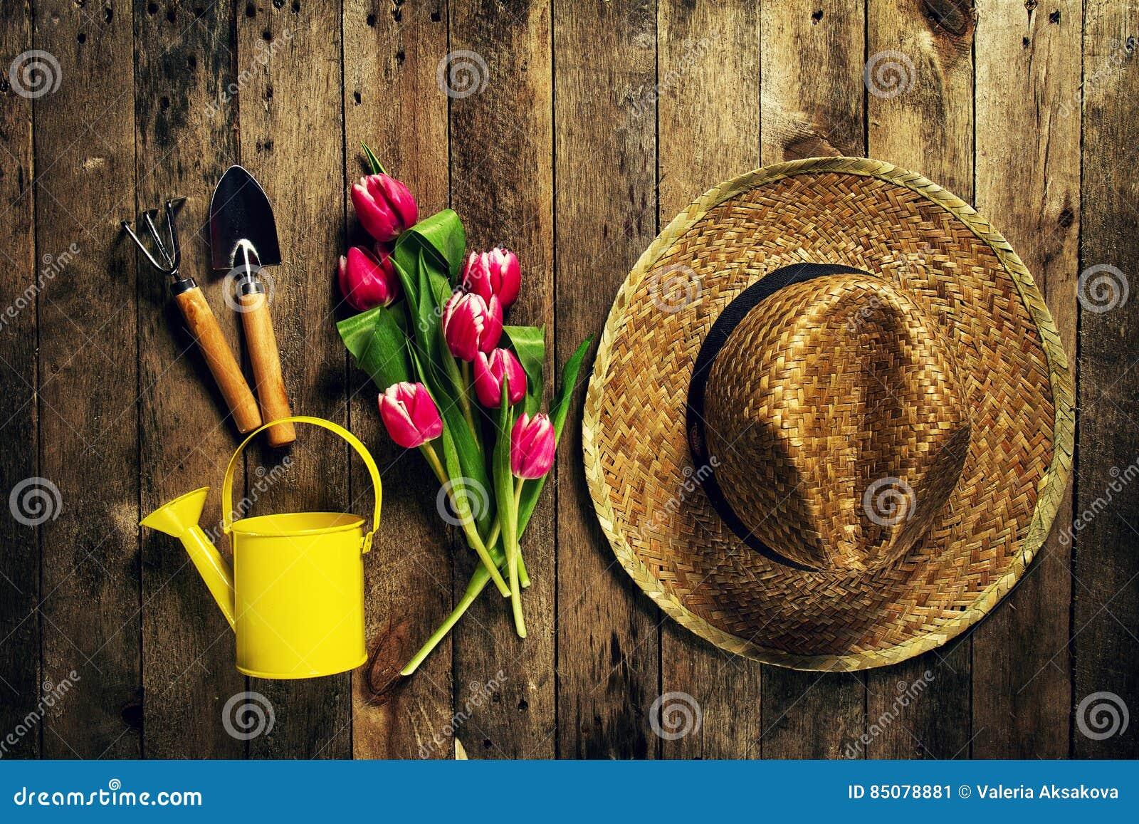 Strumenti di giardinaggio fiori annaffiatoio stivali di for Giardinaggio e fiori