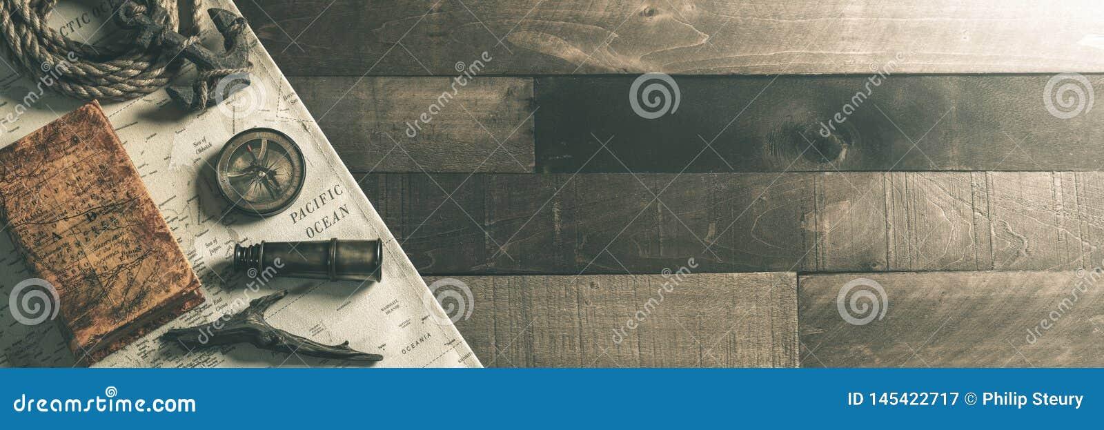 Strumenti nautici d annata di viaggio con la corda e l ancora sul fondo di legno della piattaforma della nave - concetto direzion