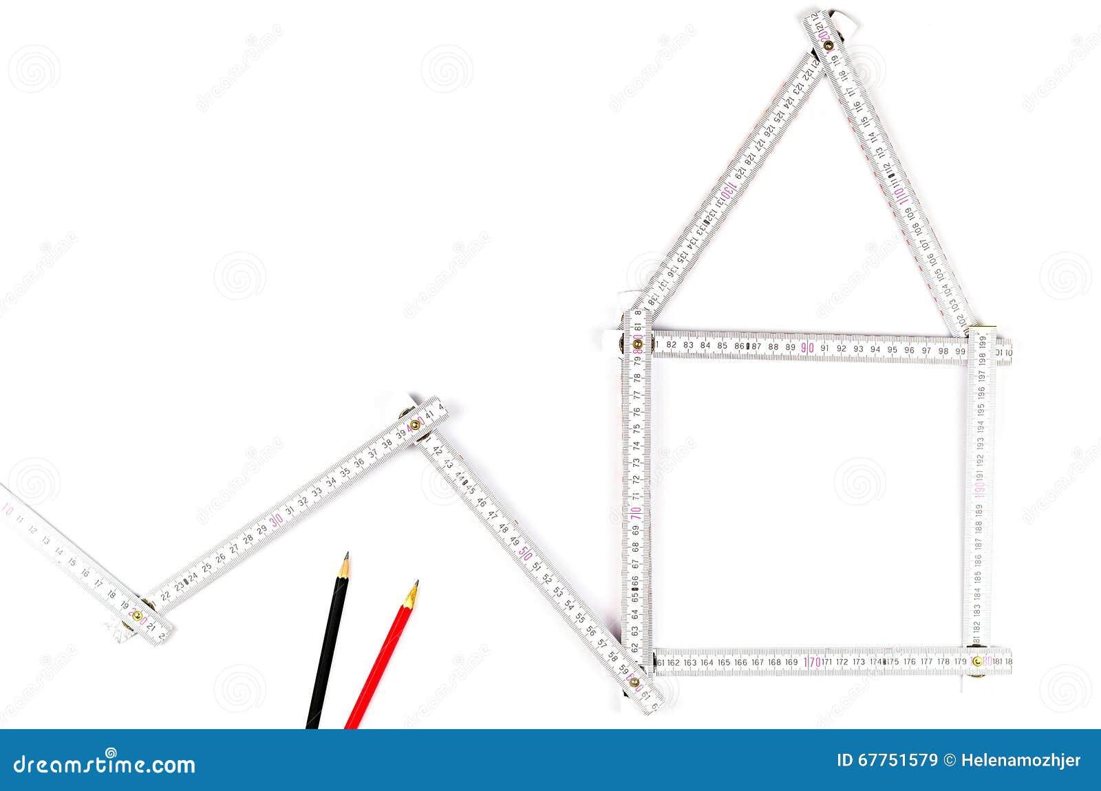 strumento bianco del tester che forma una casa due matite