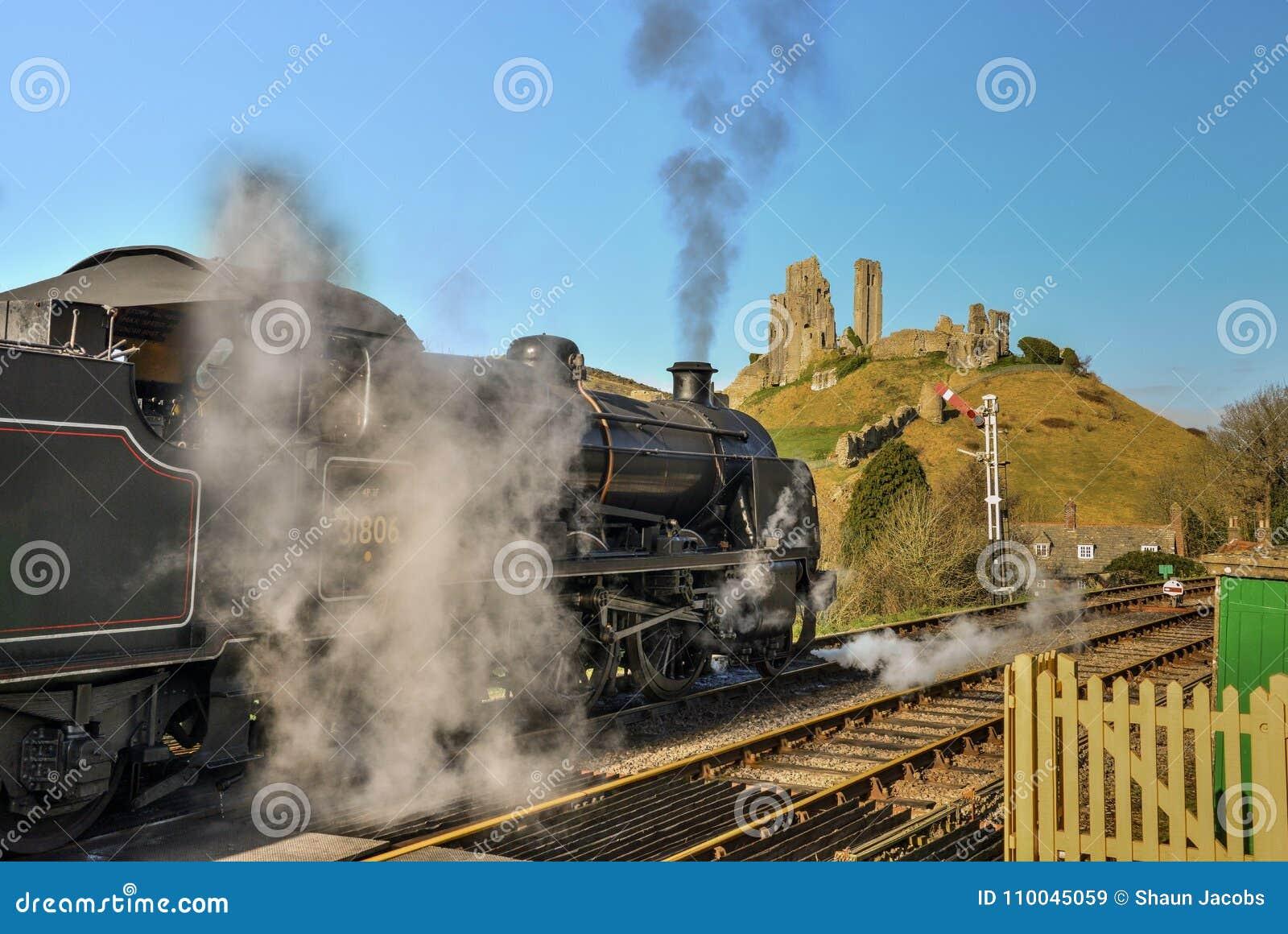 Strumienia pociąg przez Corfe wioski dworca