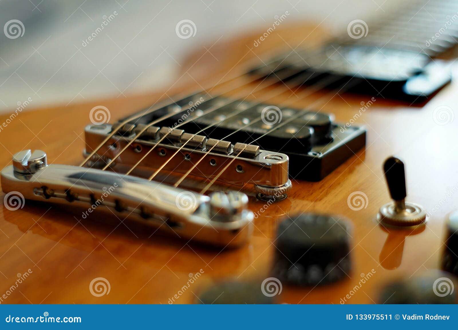 Strumienie i mosty Zbliżenie strzał Washburn idola WI-64 gitara elektryczna z melodia mostem