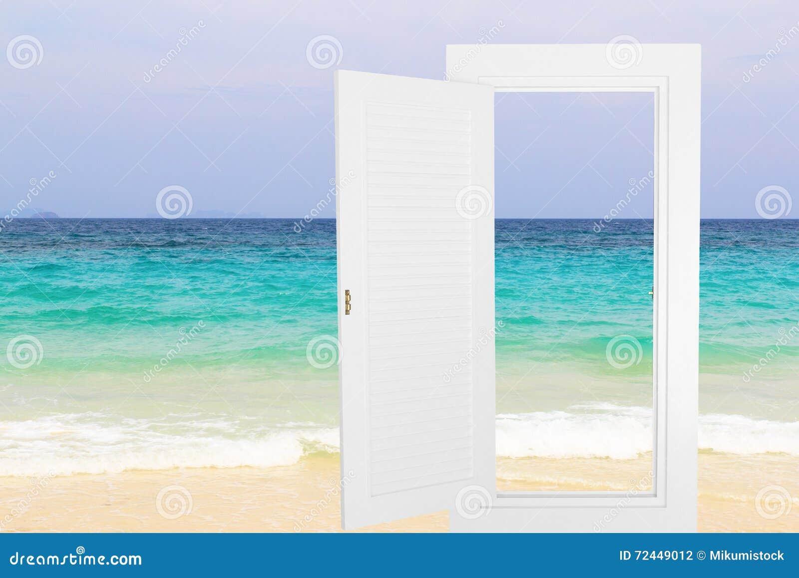 Struttura aperta della finestra bianca con il fondo della spiaggia