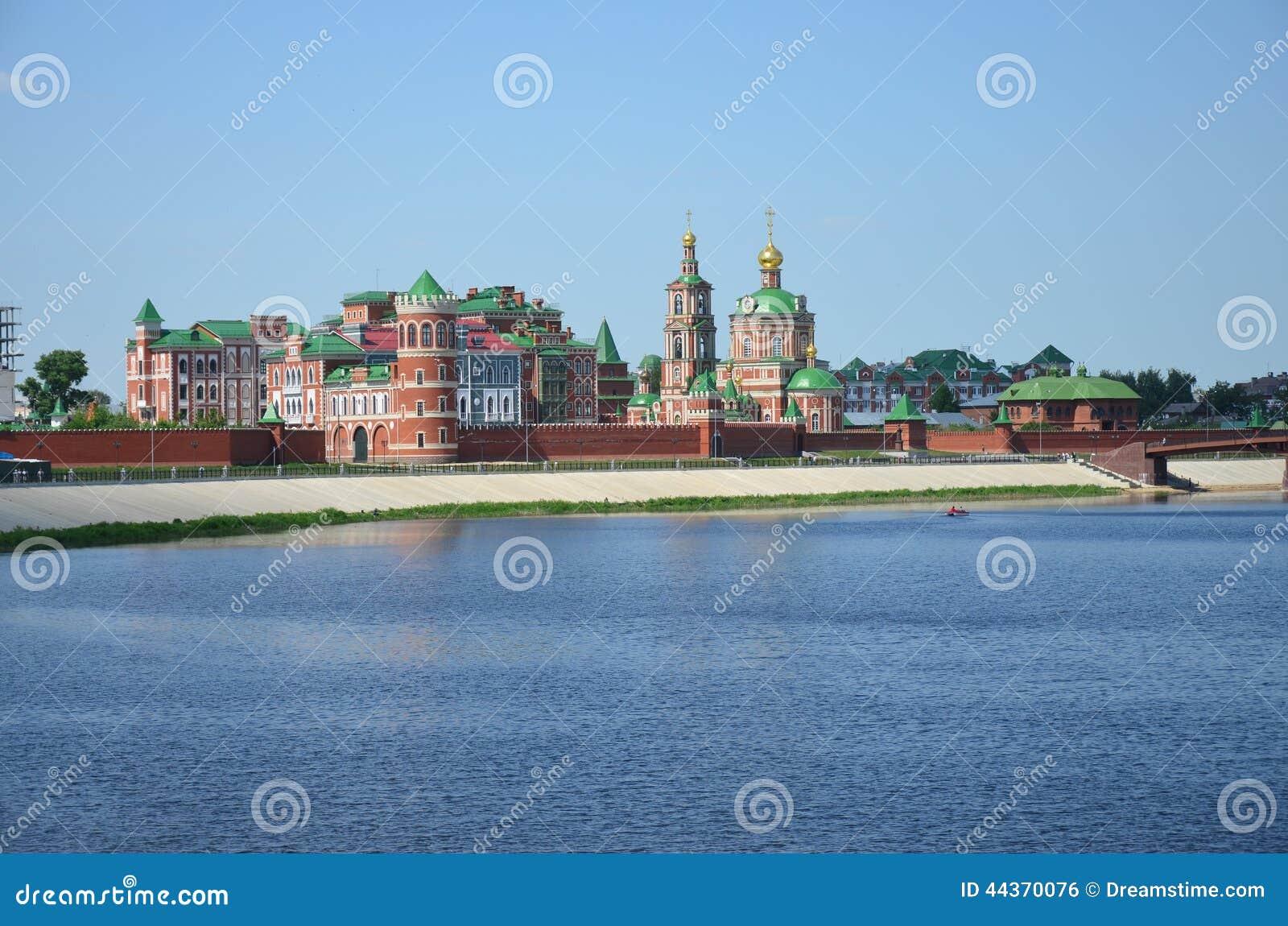 Struttura architettonica congiuntamente al fiume