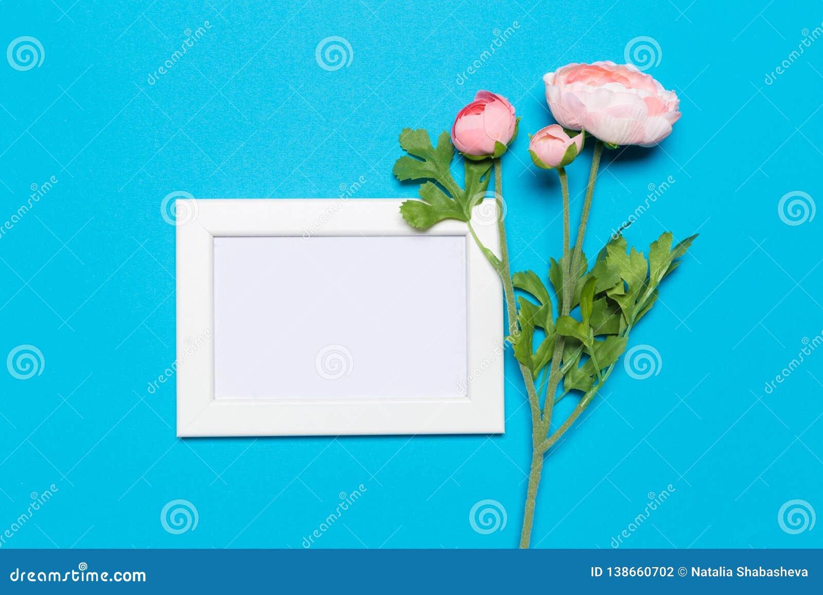 Struttura in bianco su un fondo blu