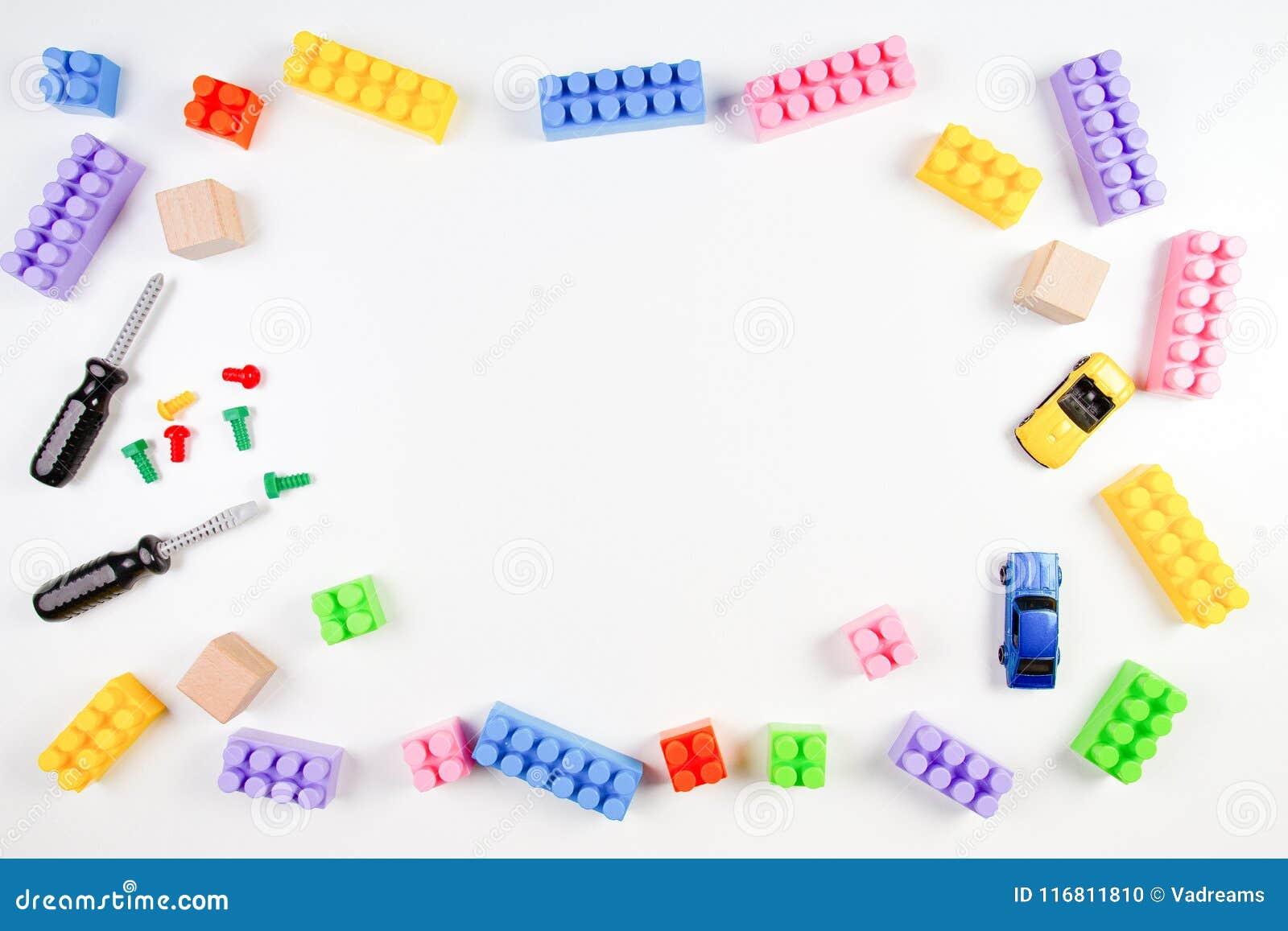 Struttura dei giocattoli dei bambini su fondo bianco Vista superiore Disposizione piana