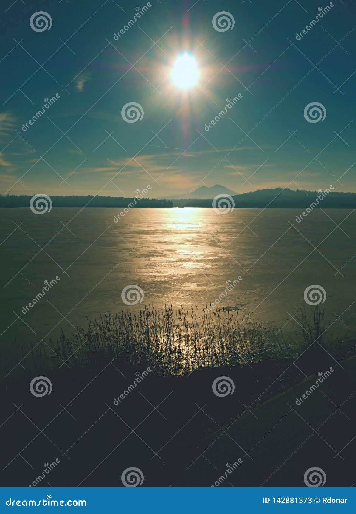 Struttura del mare congelato e del giorno soleggiato Fuoco selettivo