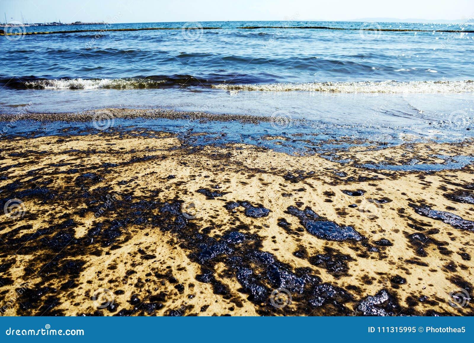 Struttura della caduta del petrolio greggio sulla spiaggia di sabbia dall incidente di caduta di olio, baia di Agios Kosmas, Aten
