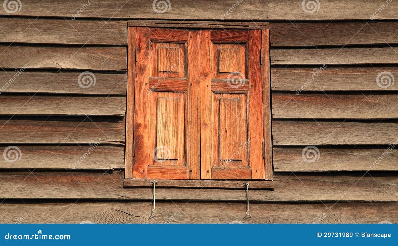 Finestre di legno chiuse rosse immagine stock immagine for Finestre di legno