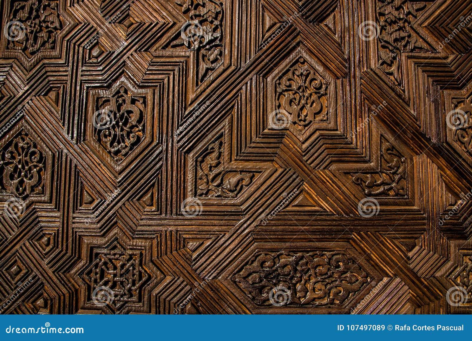 Struttura di una porta di legno con i modelli simmetrici