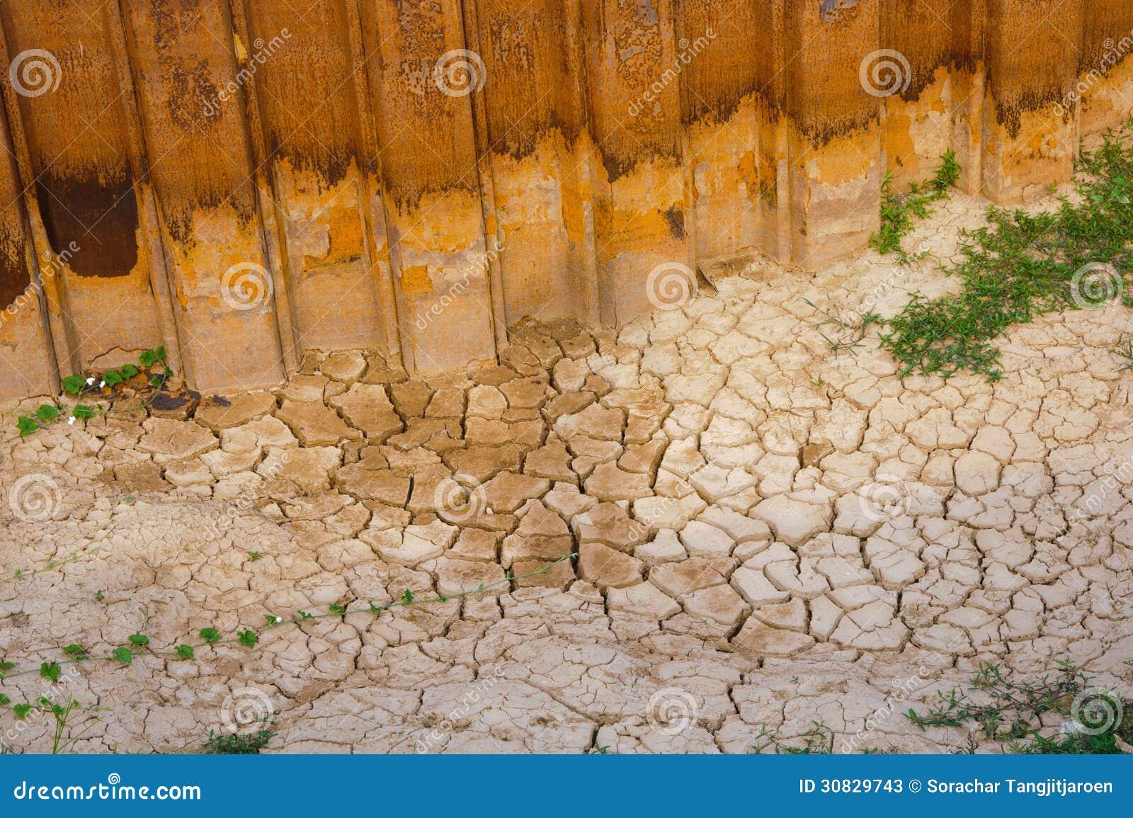 Struttura incrinata del suolo secco.