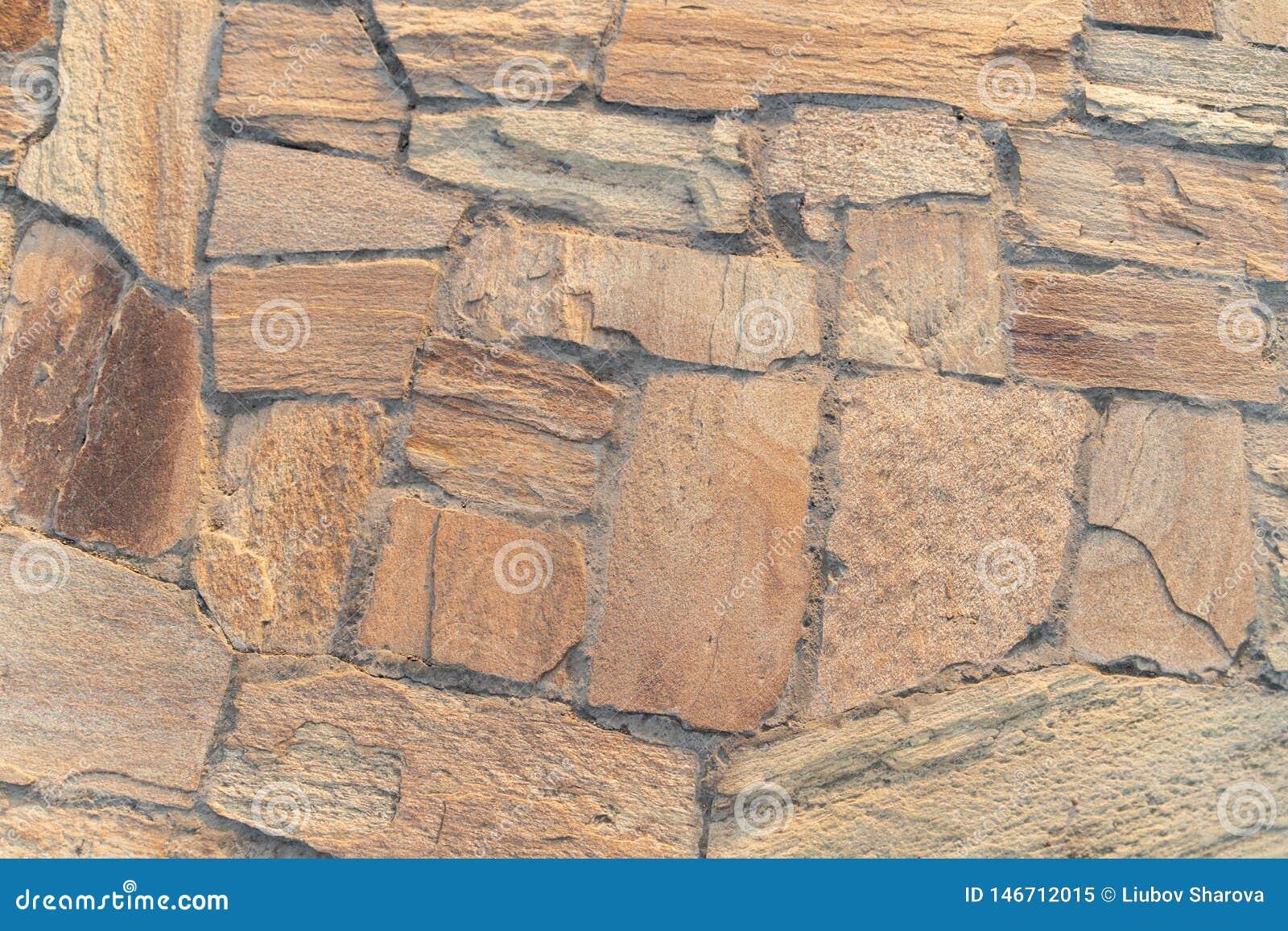 Struttura, lavoro in pietra giallo sul sentiero per pedoni