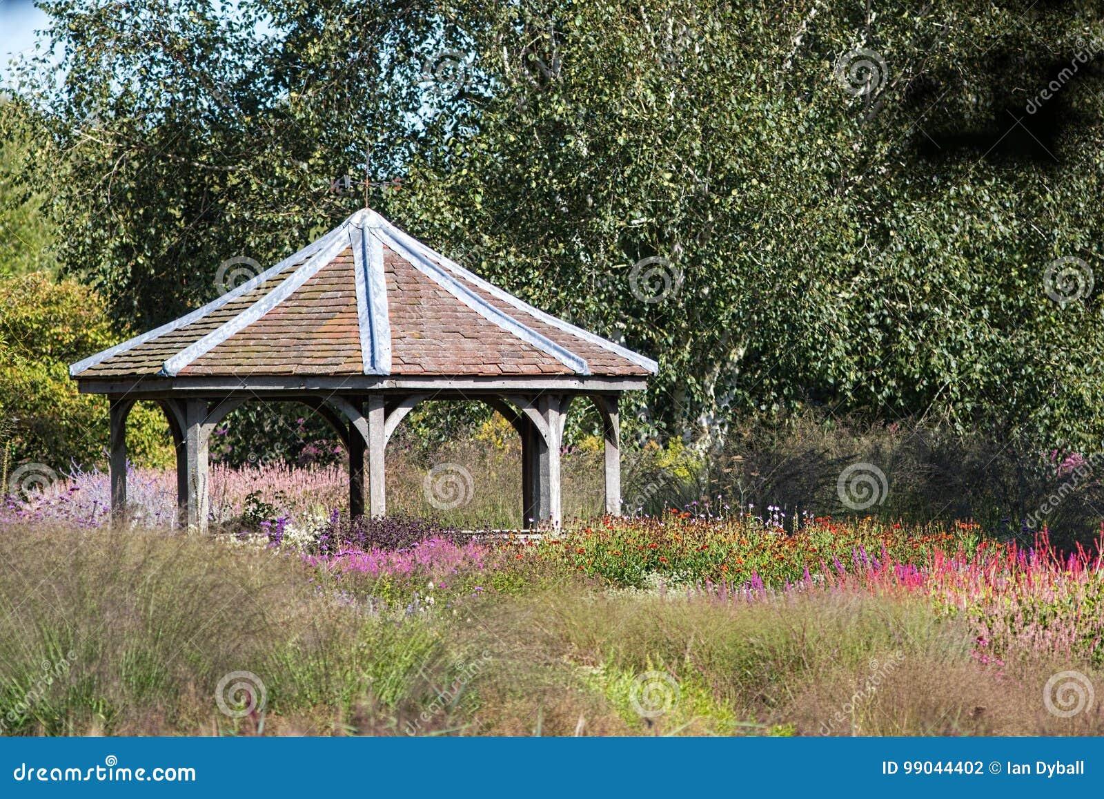 Struttura piastrellata decorativa del gazebo in giardino floreale