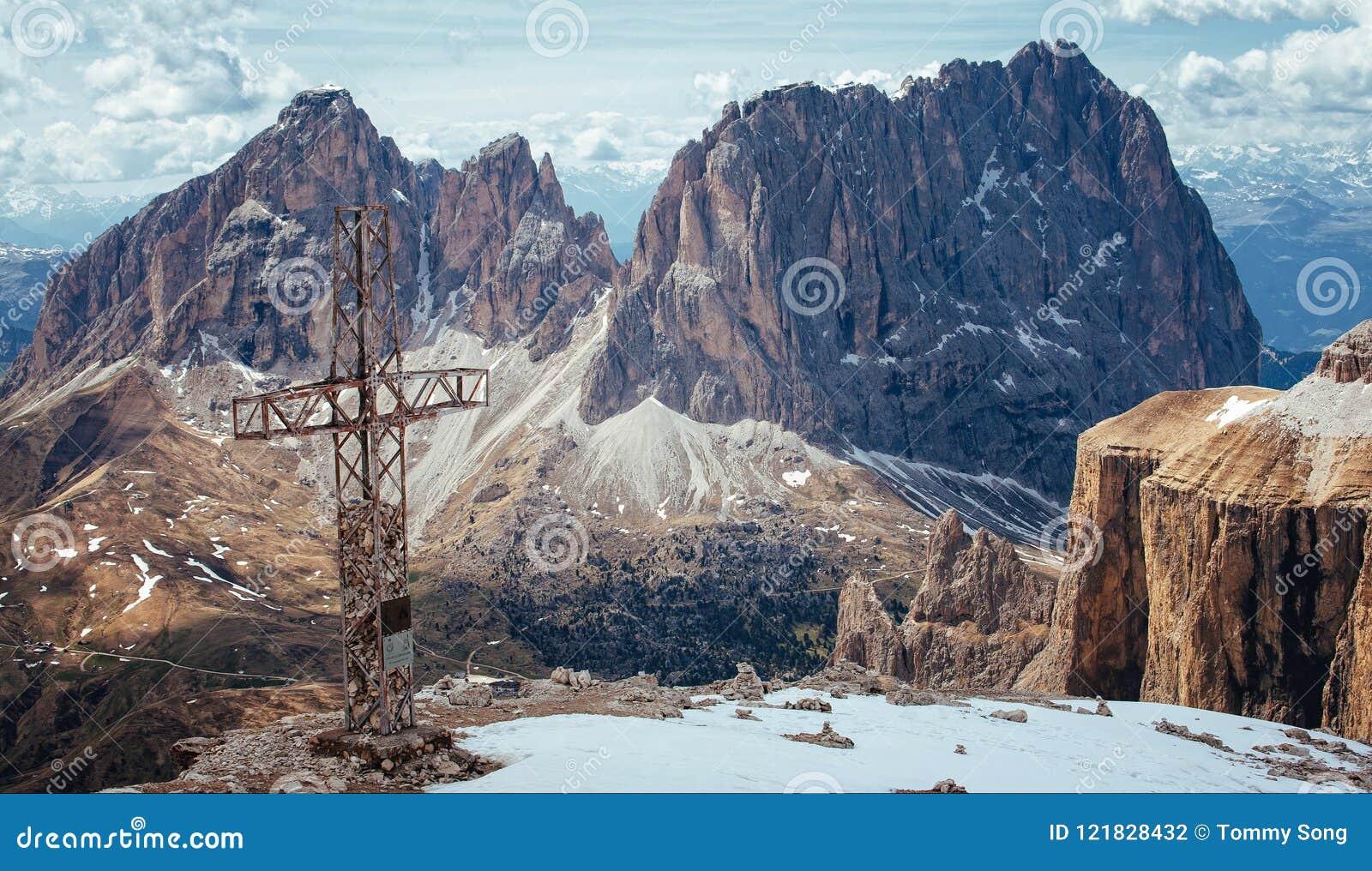 Stryka korset överst av sassen Pordoi, italienska Dolomites
