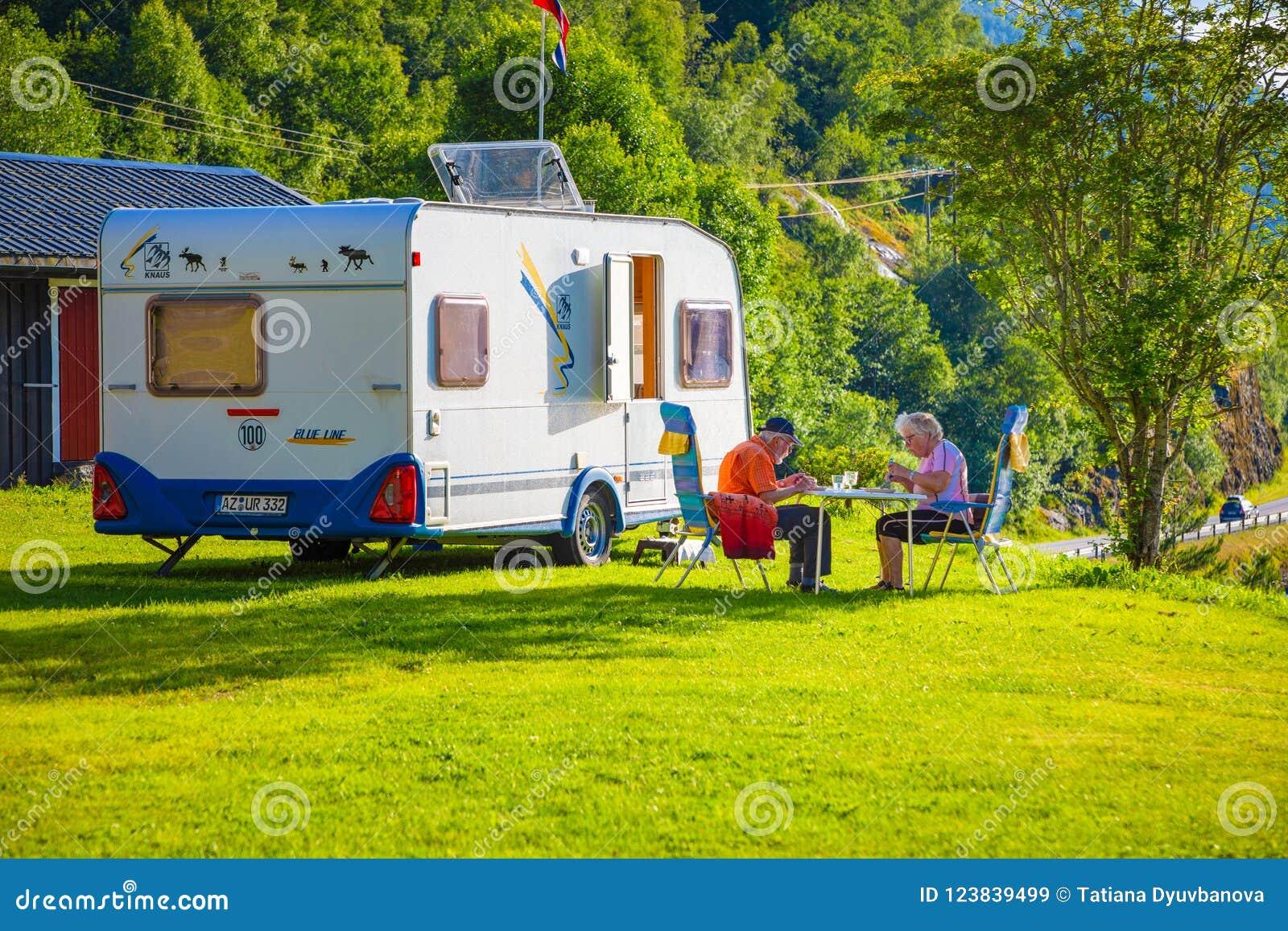 Stryn, Norvegia - 25 06 2018: Vecchie coppie nel campeggio nel lago Oppstrynsvatn nel comune di Stryn nel og Fjordane di Sogn