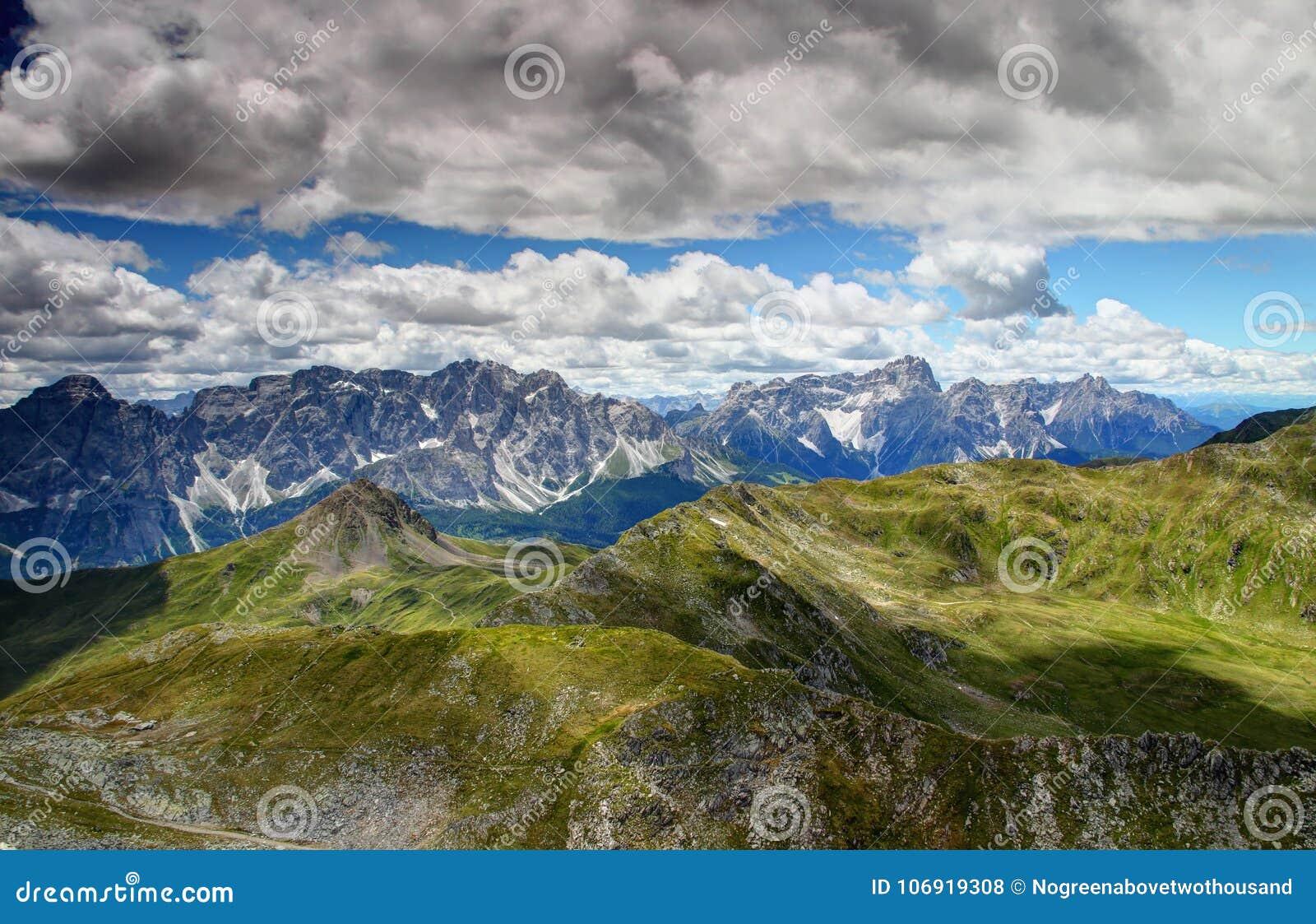 Strzępiaści Sexten dolomity z zielonymi skłonami Carnic Alps Włochy