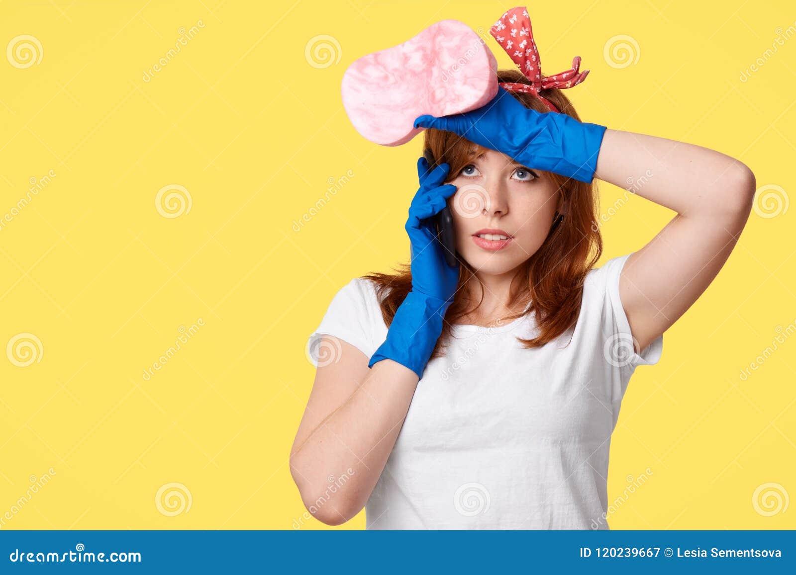 Strzał invlolved w gospodarstwo domowe obowiązkach atrakcyjna kobieta, robi sprzątaniu, spojrzenie z zmęczonym wyrażeniem, chwyt