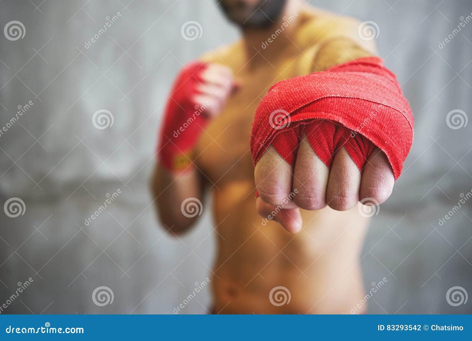 Strzał zawijać ręki z czerwoną boks taśmą młoda bokser walka