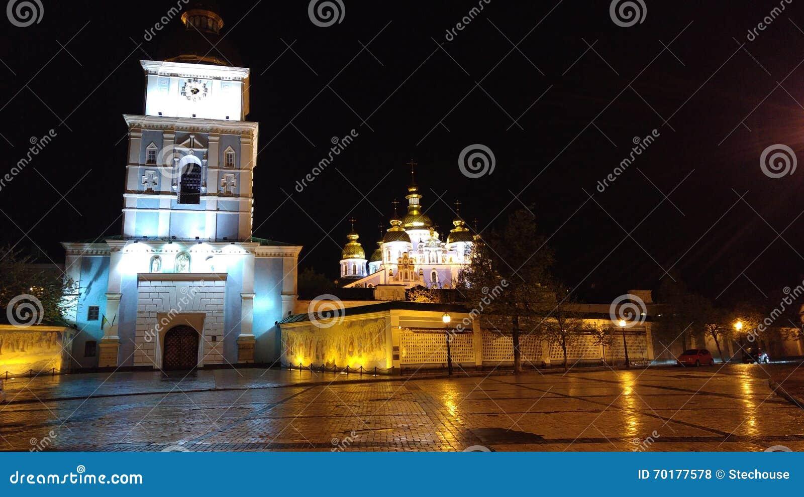 Sts Michael Guld--kupolformiga kloster i en regnig natt