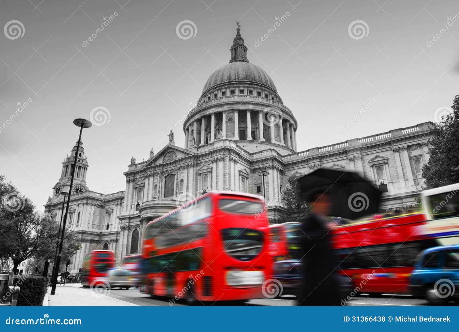 Sts Paul domkyrka i London, UK. Röda bussar