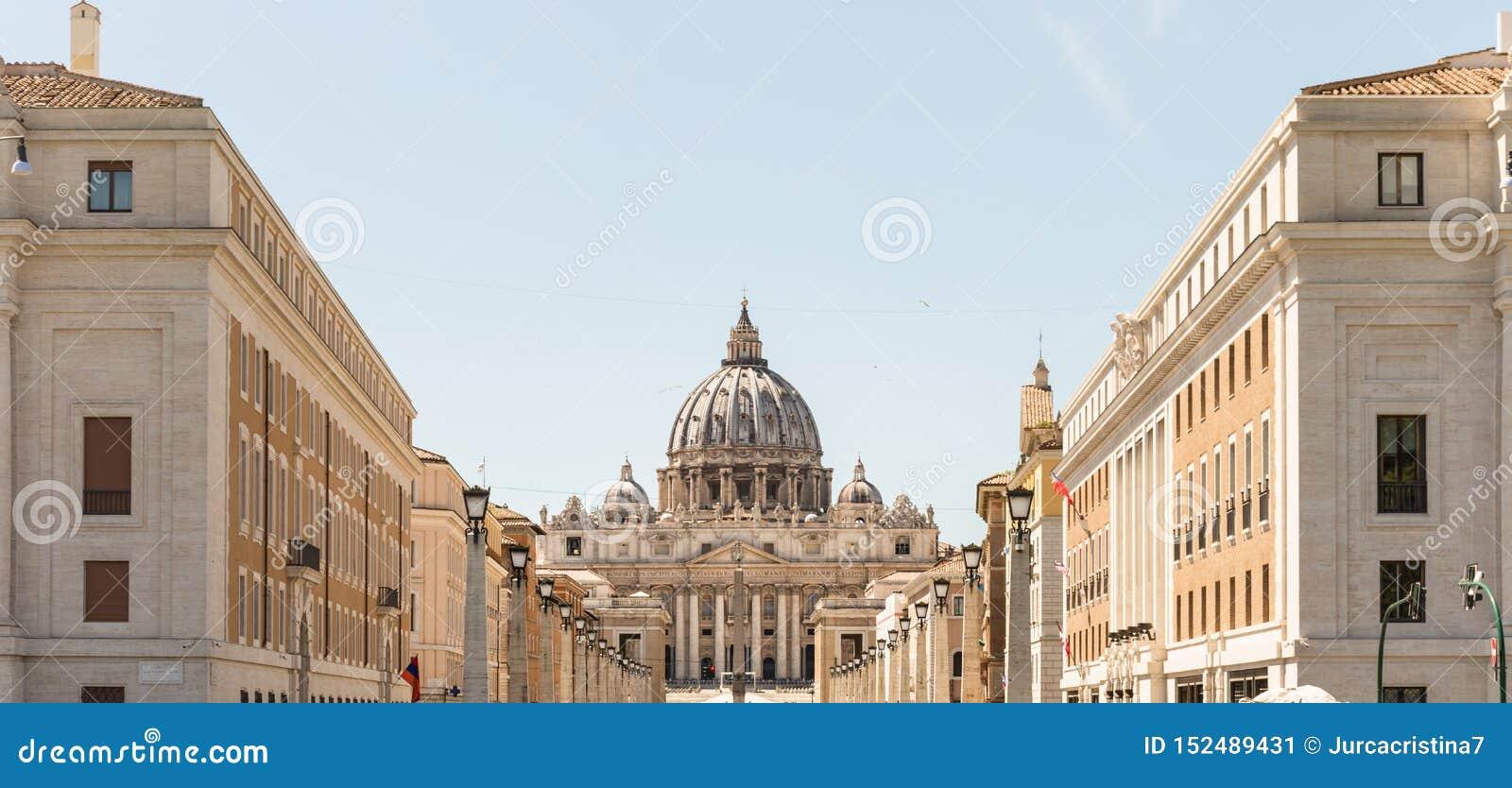 Sts Peter basilika, huvudsakliga fasad och kupol peter rome s f?r springbrunn f?r stad f?r bakgrundsbasilicabernini fyrkantig st