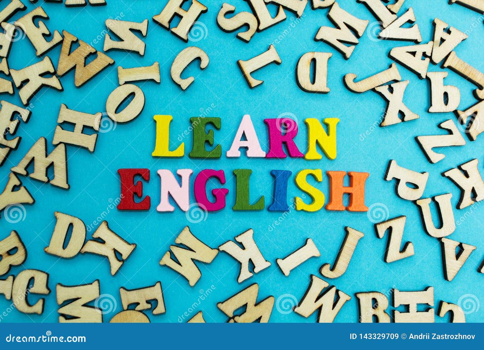 Stubarwna inskrypcja «uczy się angielszczyzny na błękitnym tle, rozpraszający listy