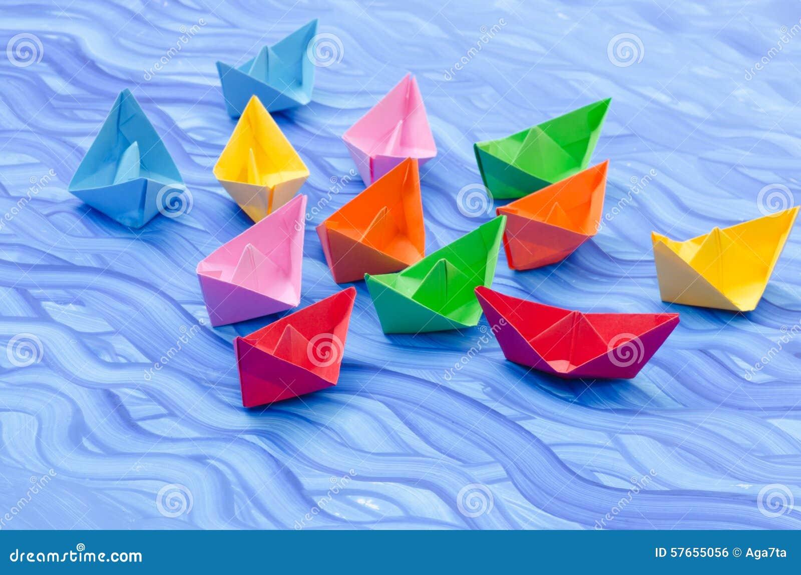 Stubarwne papierowe origami łodzie