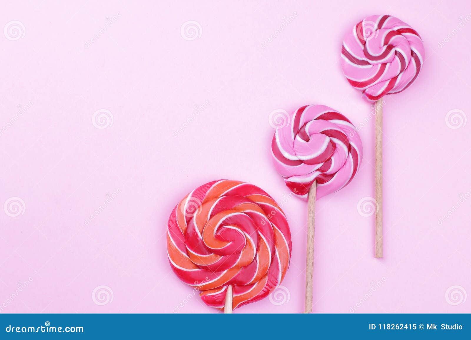 Stubarwni lizaki na kiju na różowym jaskrawym tle