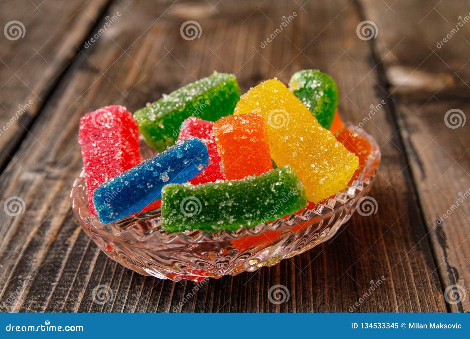 Stubarwny gumowaty cukierek pokrywający z cukierem