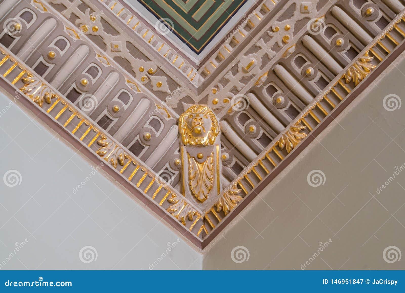 Stuckatur och lyxiga dekorativa best?ndsdelar p? tak Lyxigt estetiskt i en hem- dekor Guld- lejonhuvudstycken på ett tak