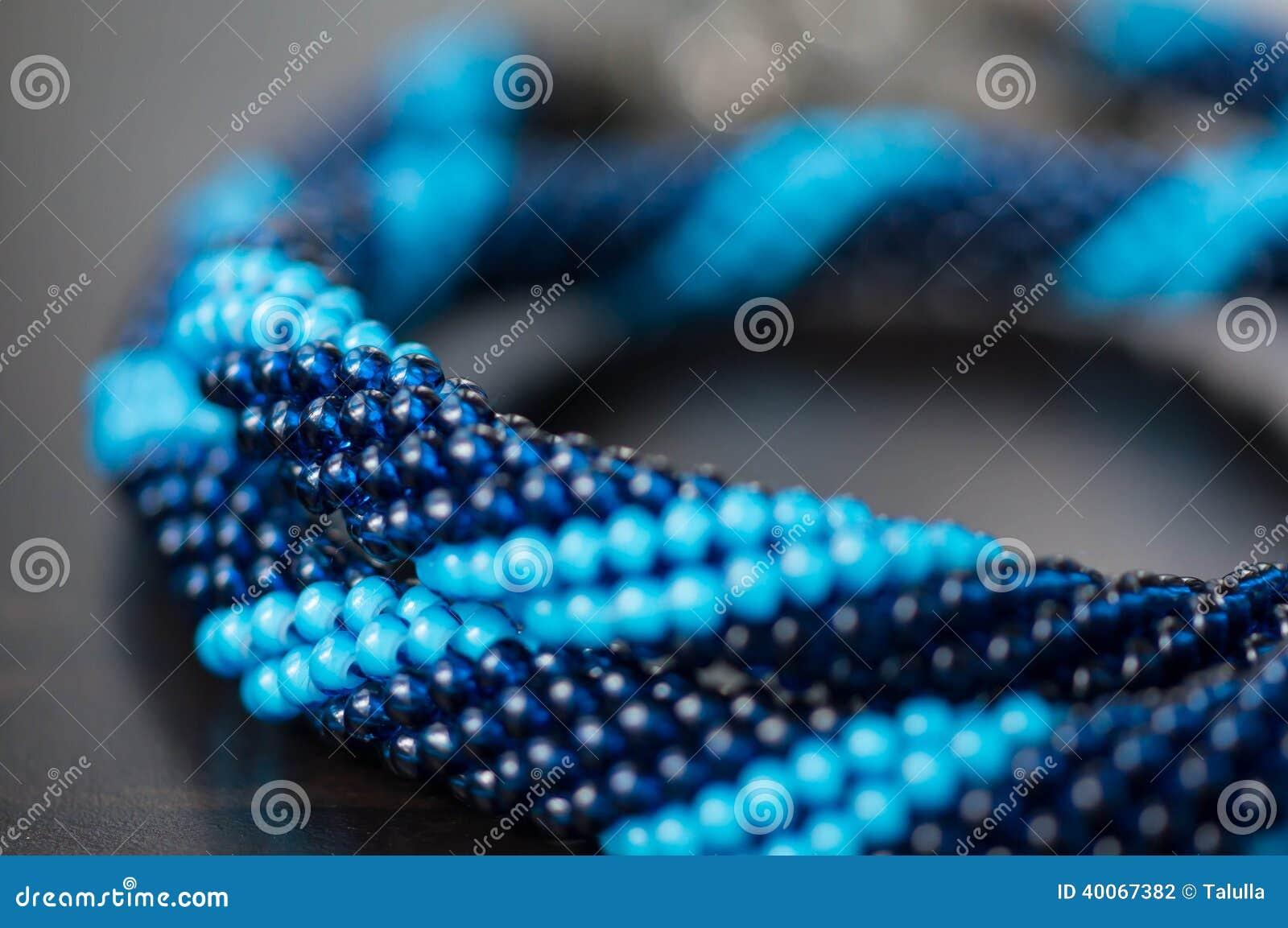 Stucken halsband från blåa pärlor av två skuggor