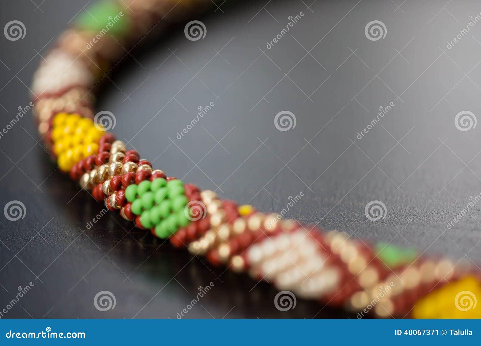 Stucken halsband från pärlor med en geometrisk modell