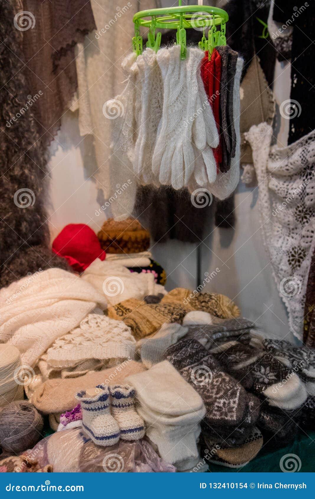 Stucken kläder Stack handskar och sockor med färgrika prydnader som är till salu på marknaden