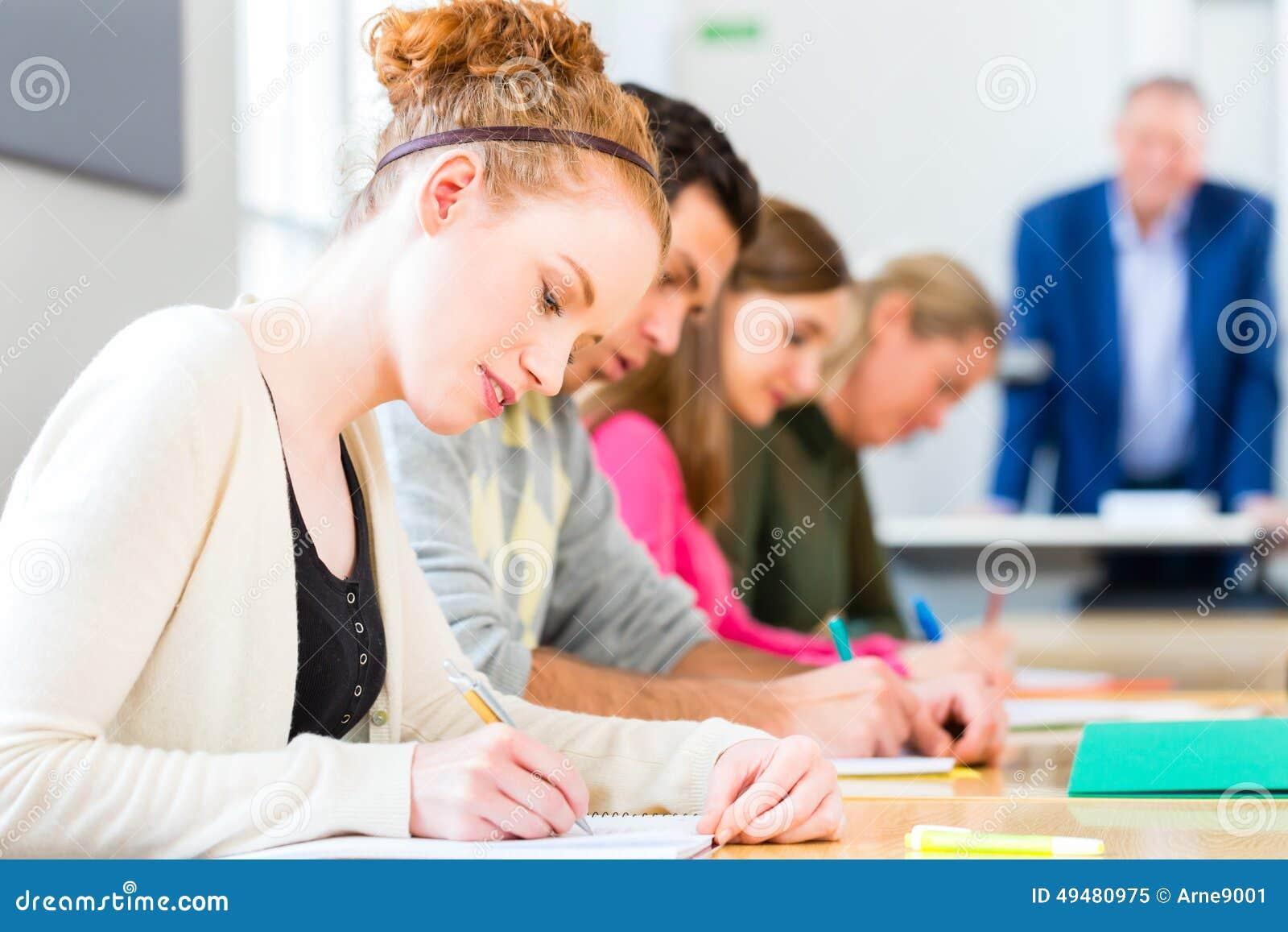 Studenci collegu pisze tescie lub egzaminie