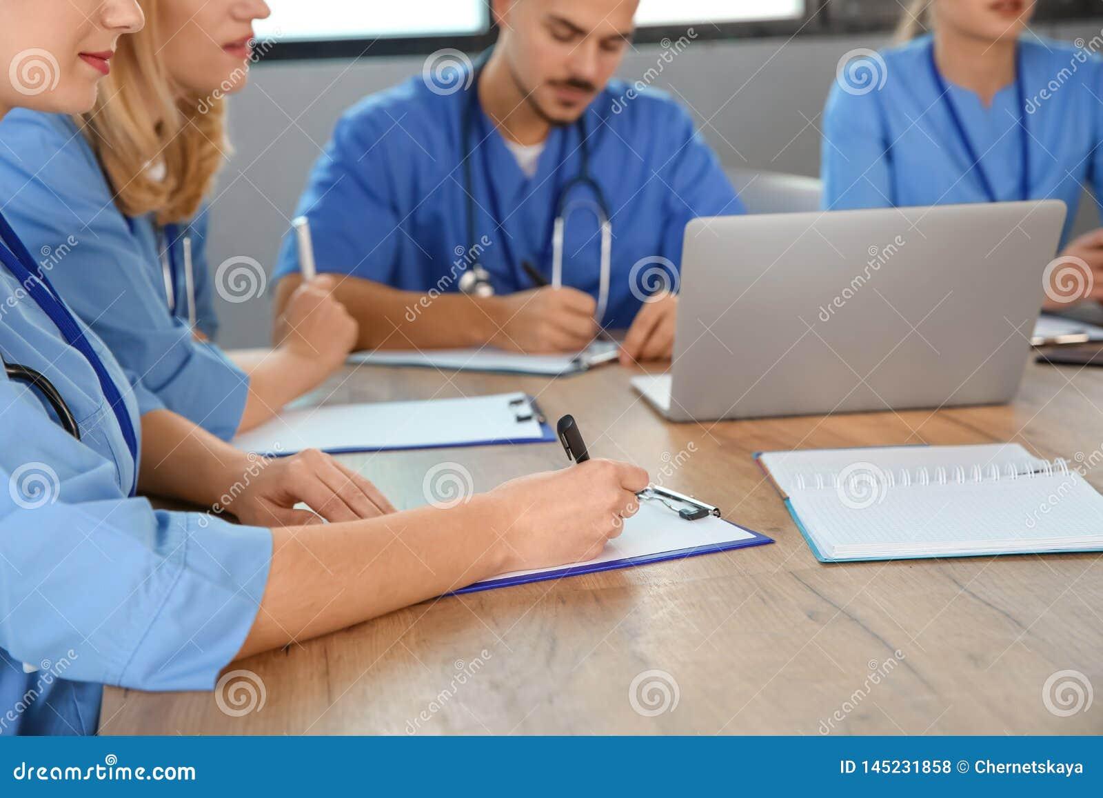 Studenci medycyni studiuje przy uniwersytetem