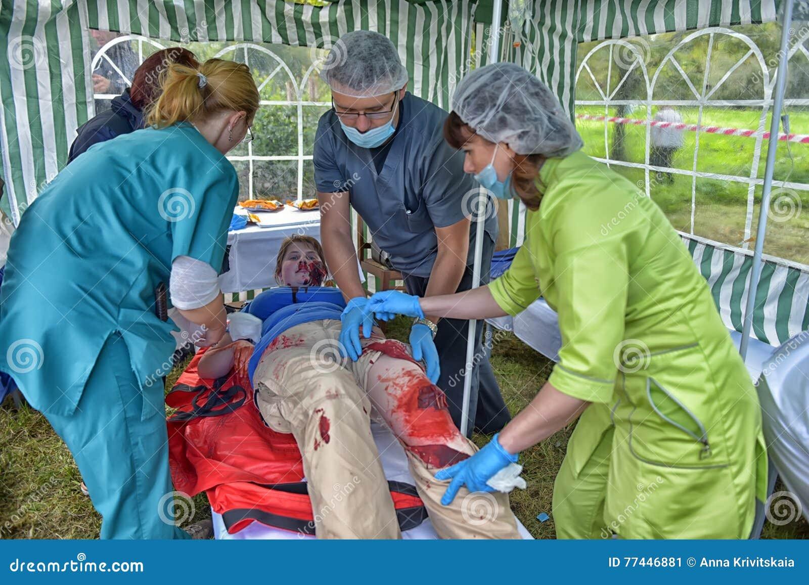 Studenci medycyny zapewniają pierwszą pomoc ofiara Emergencies ministerstwa ćwiczenia