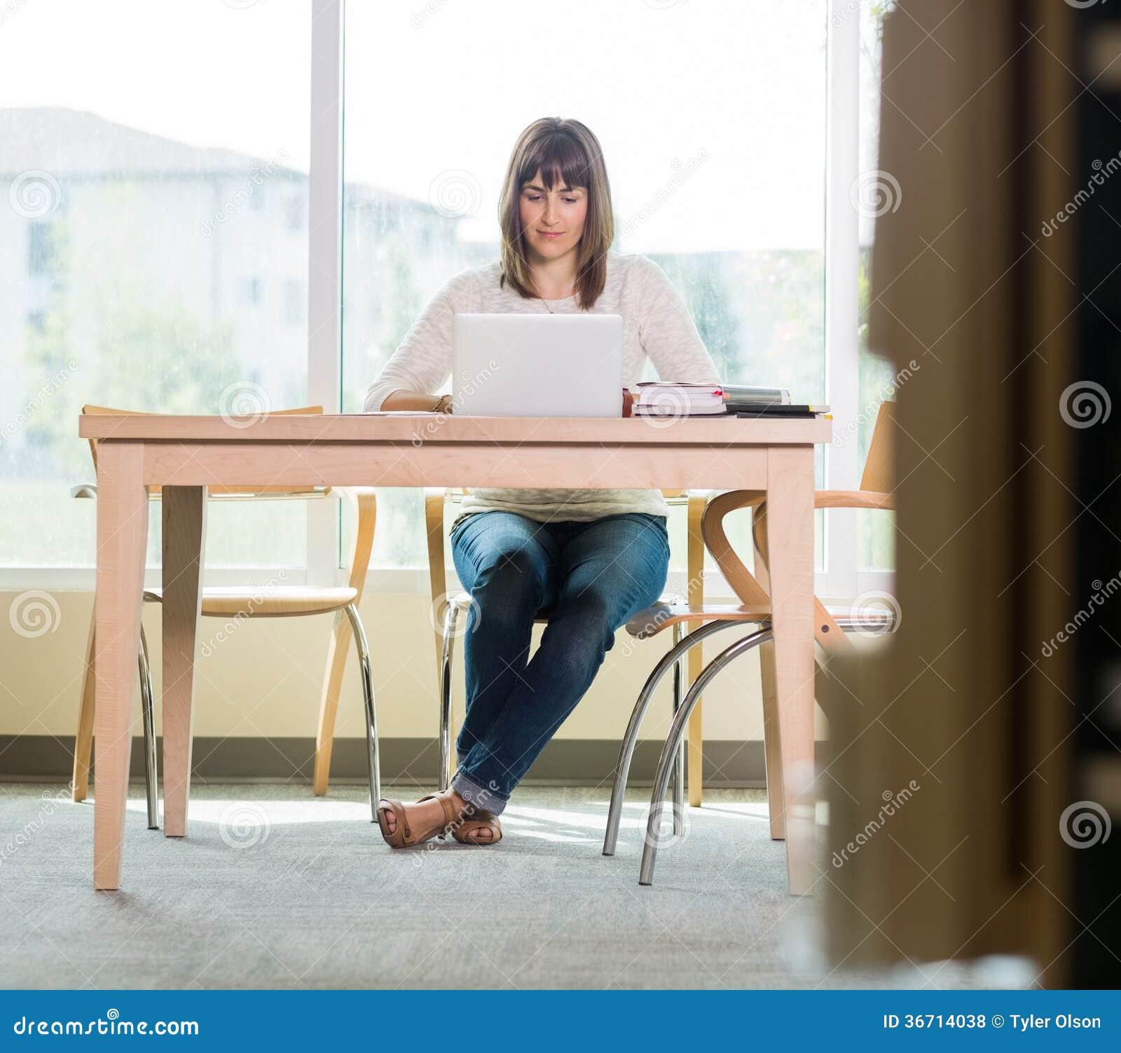 Studencki Używa laptop W bibliotece