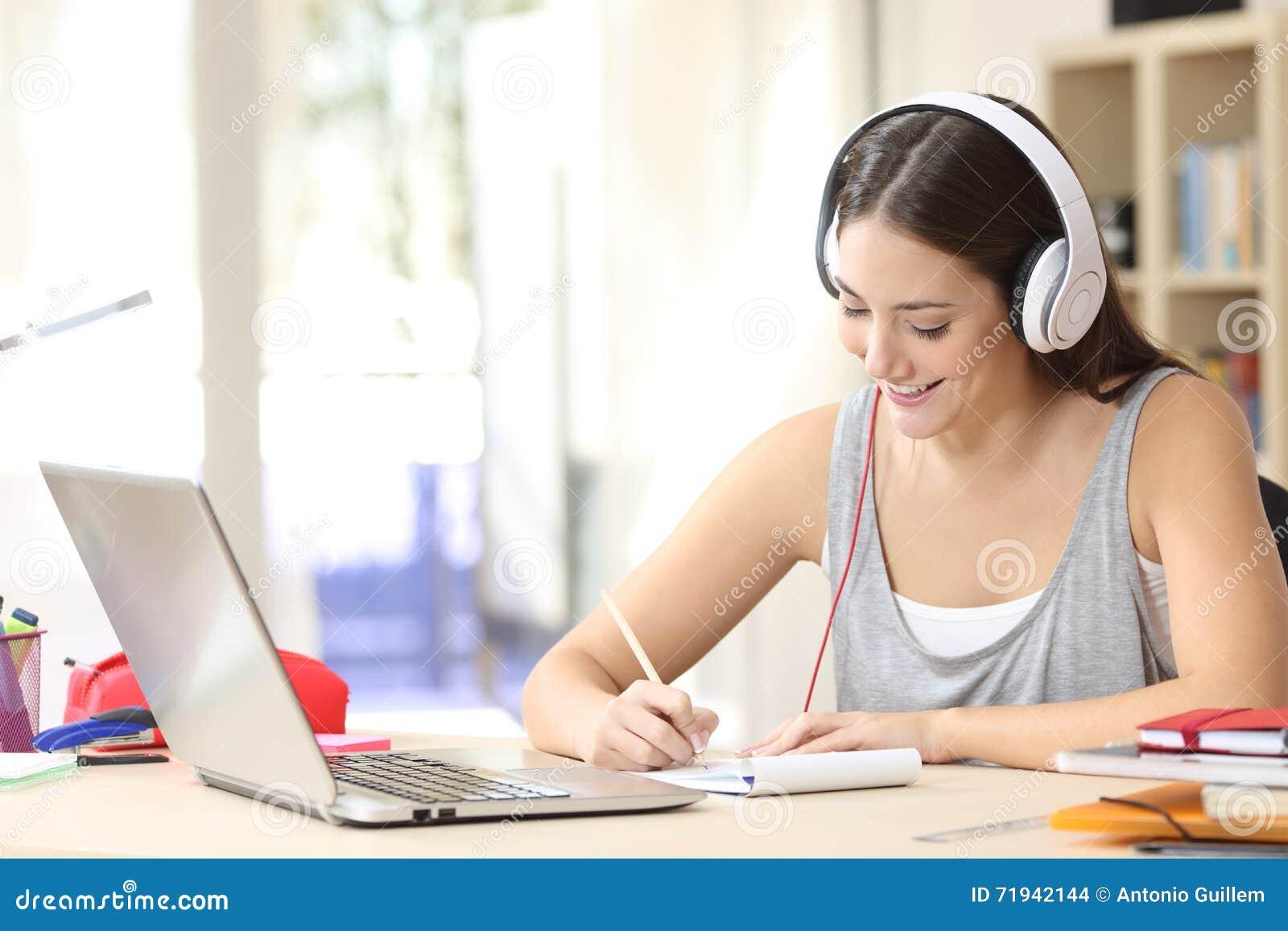 Studencki uczenie z hełmofonami bierze notatki
