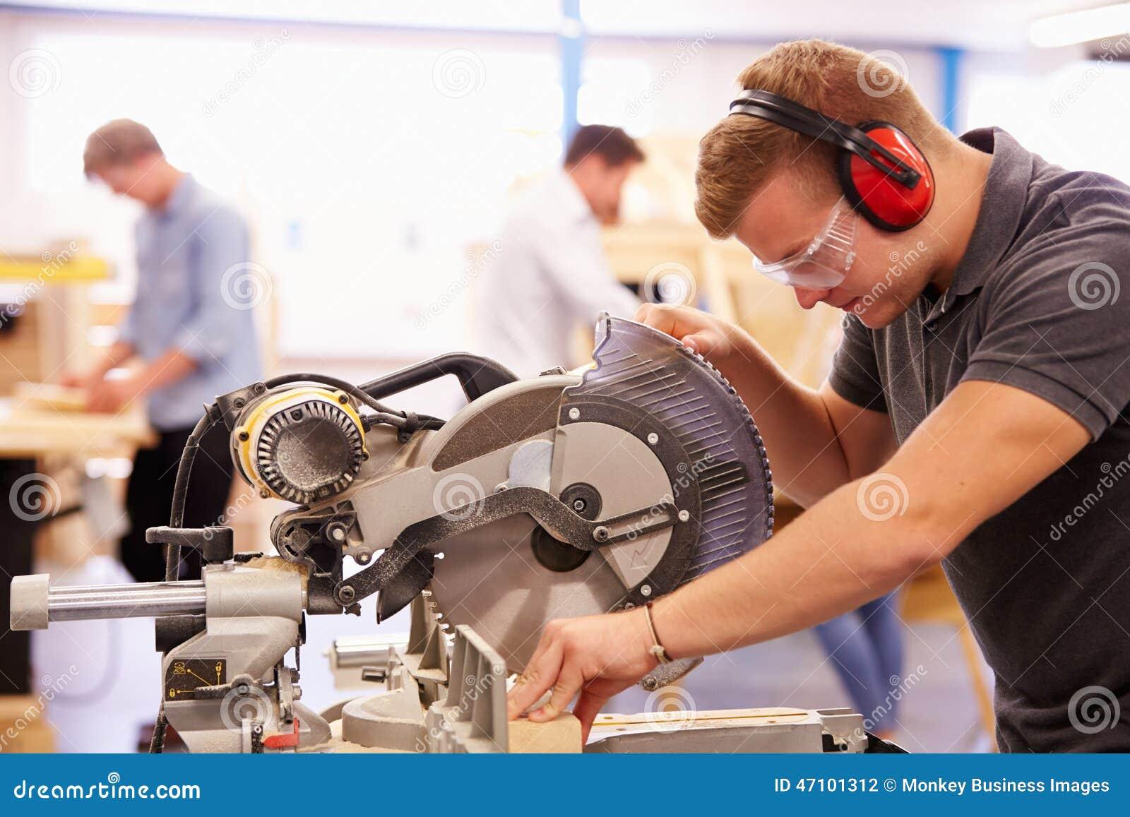 Student In Carpentry Class, das Rundschreiben verwendet, sah