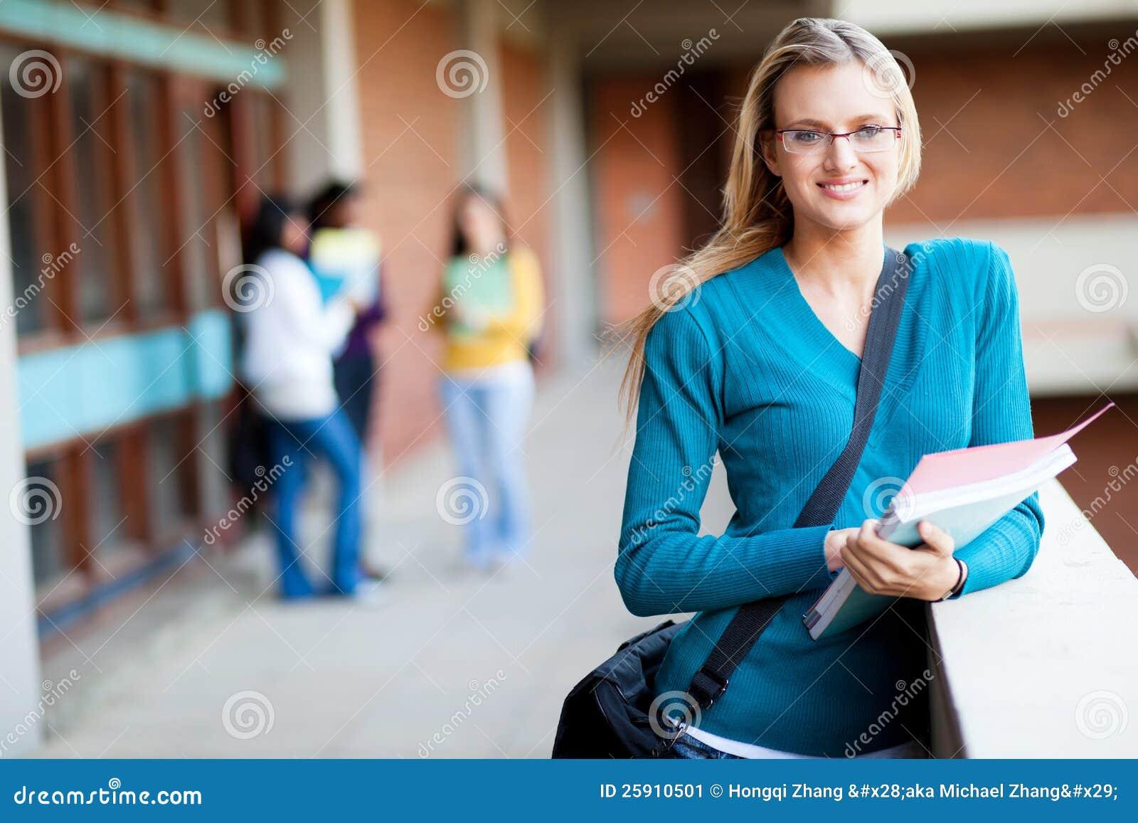 Student collegu na kampusie