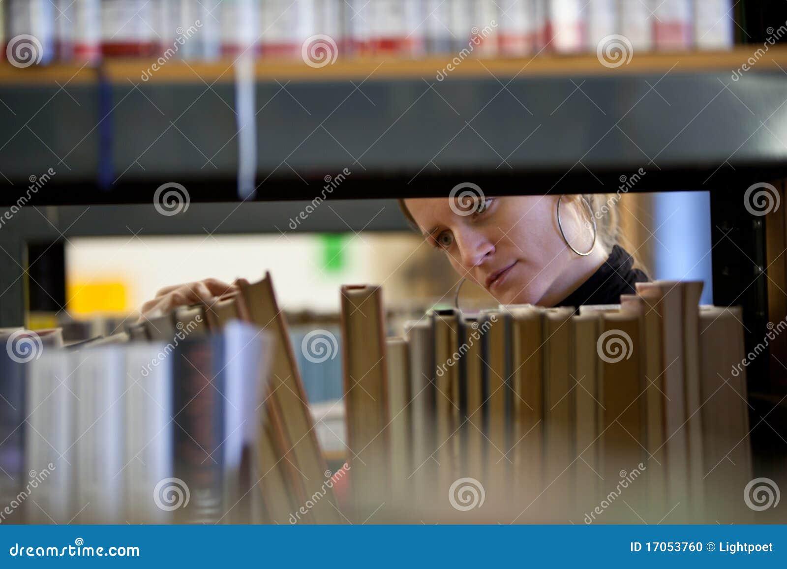 Student collegu w szkoła wyższa bibliotece