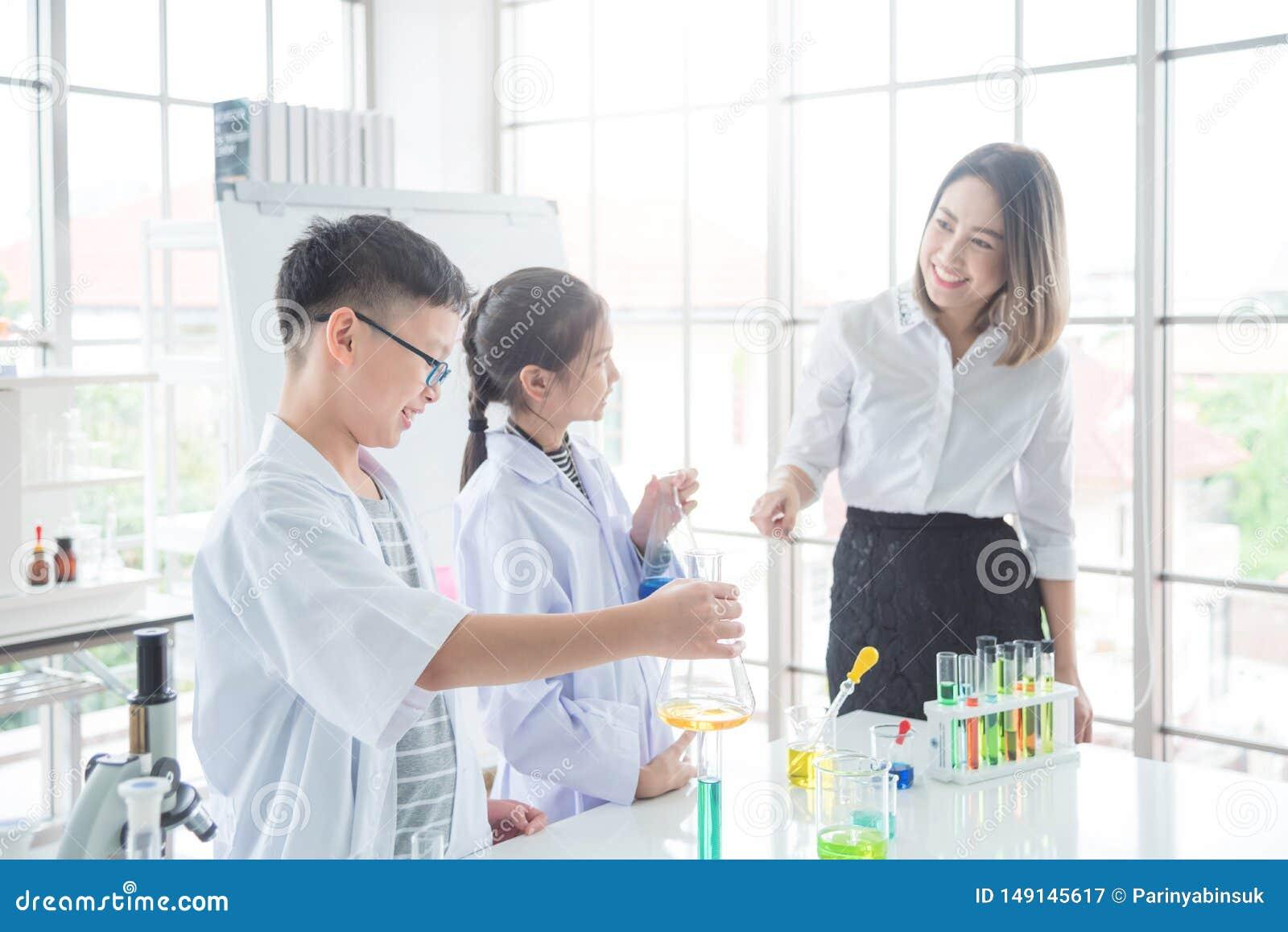 Asiatischer Teen Von Ihrem Lehrer Genommen