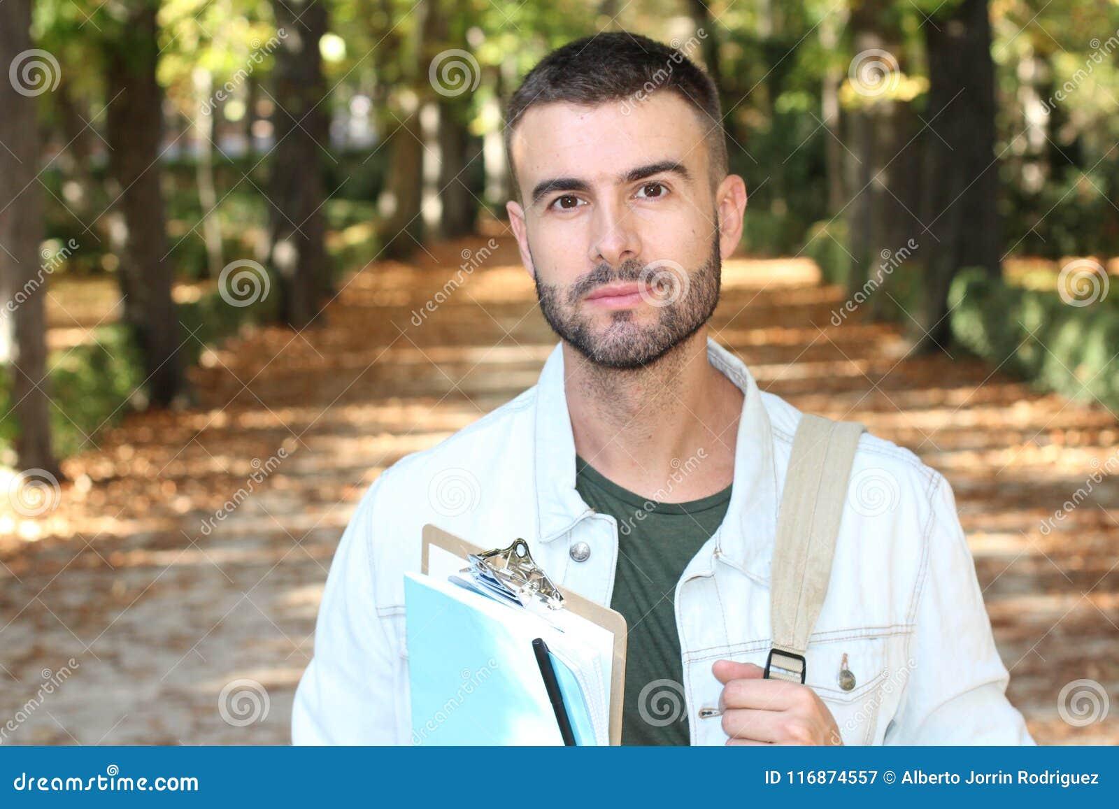 Student, der um Campus im Fall schlendert