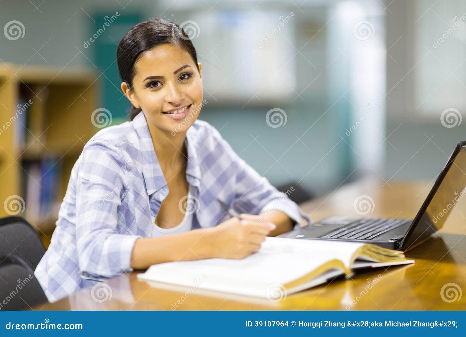 Student die bibliotheek bestuderen