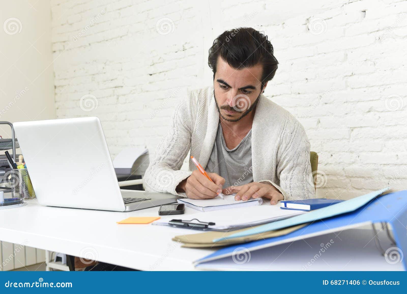 Student die het universitaire project of hipster stijl freelancer zakenman werken met laptop voorbereiden
