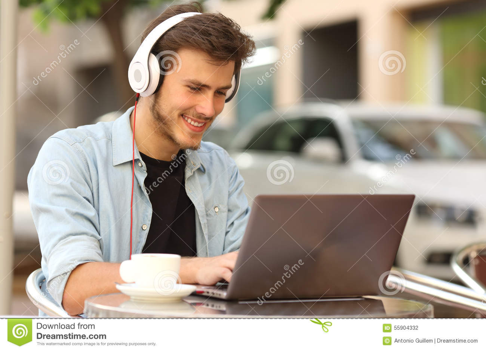 Student die met laptop in een bar leren