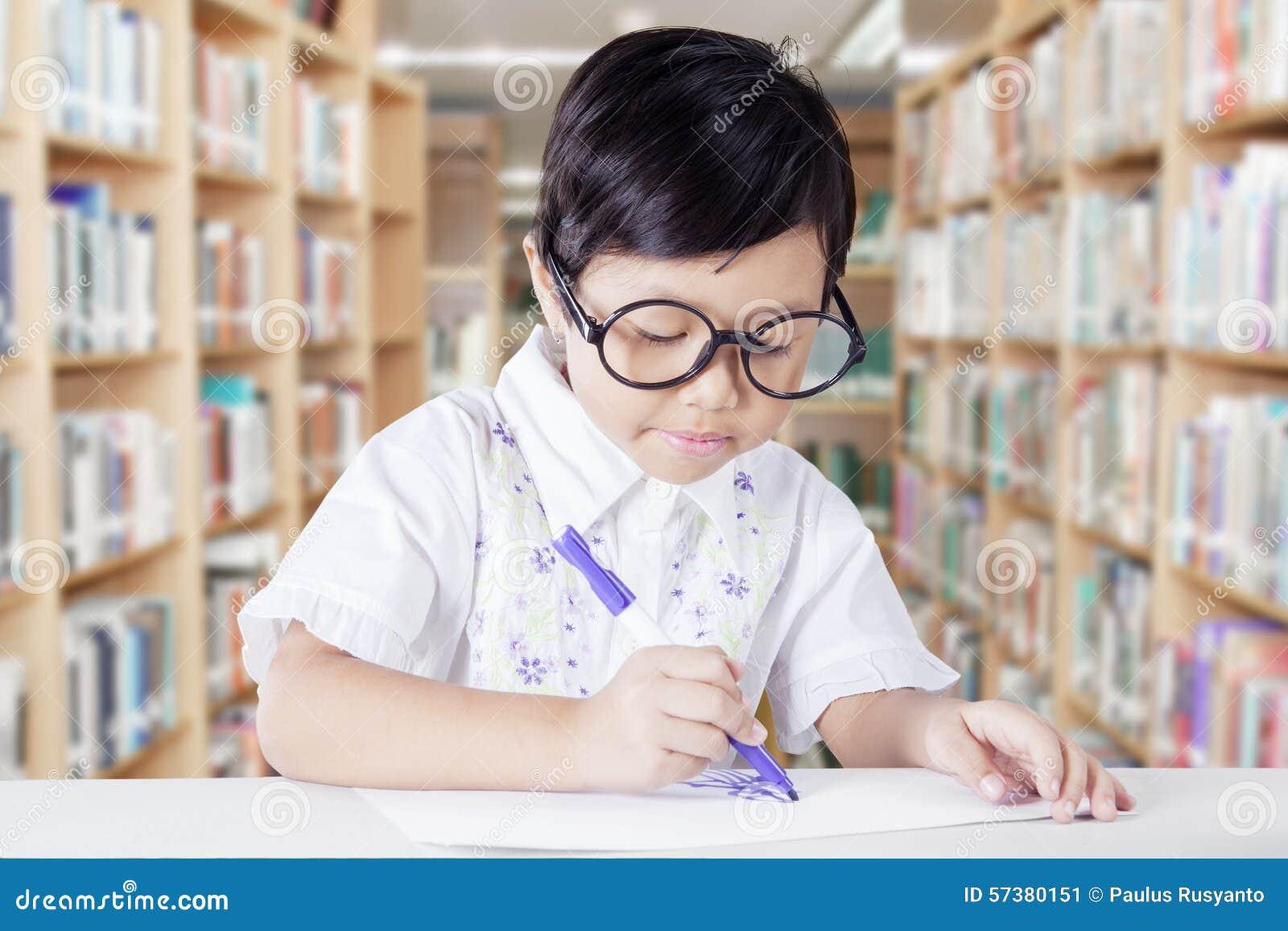 Student die op een document in de bibliotheek trekken