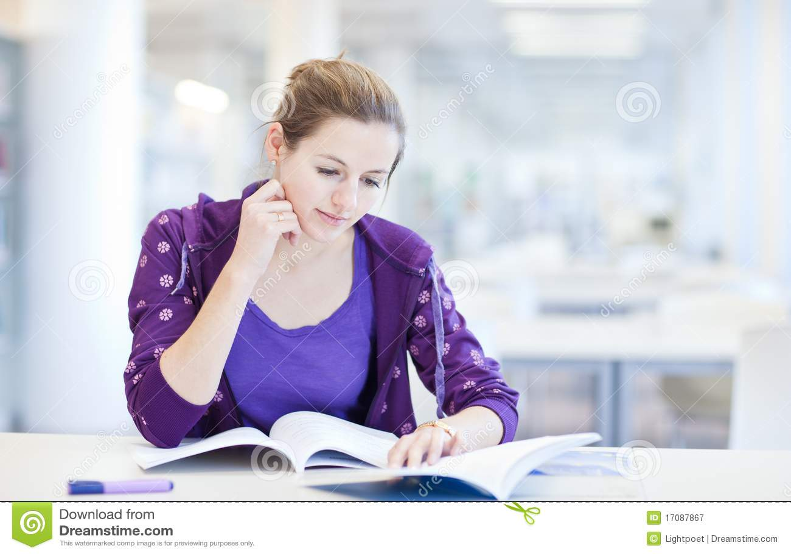 Student in einer Bibliothek